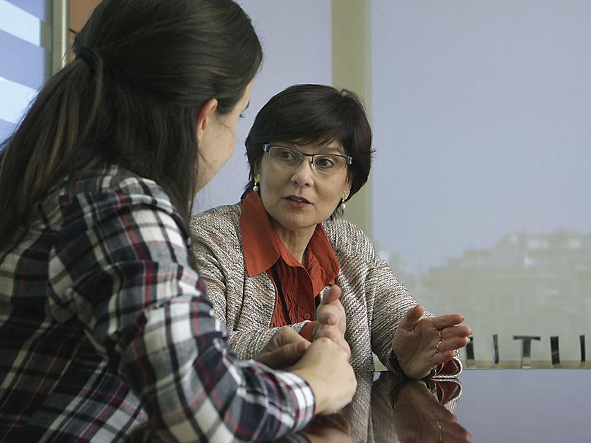 Núria Cànevas explicant el seu cas com a usuària del Servei d'Orientació Social
