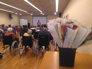 Recital de poesia d'un dels residents als Apartaments Collserola