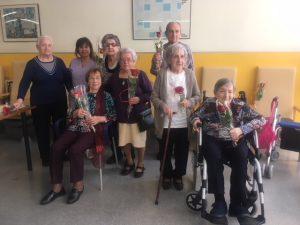 Les residents de la Residència Jaume Nualart estaven pletòriques amb les seves roses
