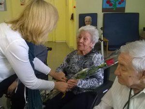 A la Residència Sant Cugat van celebrar el Sant Jordi amb teatre d'ombres i un berenar especial