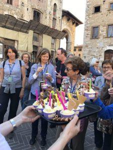 Grup de Mutuam Activa prenent gelat a San Gimingiano