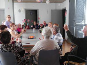 Els usuaris del Centre de dia Creu de Barberà van elaborar roses mentre degustaven un pastisset