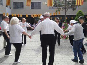 Alguns usuaris de la Residència Font Florida es van animar a ballar amb l'Associació Sardanista Collblanc-Torrassa